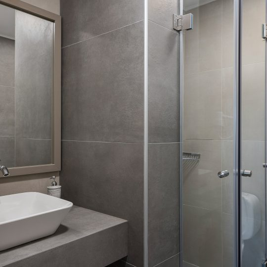 https://alianthos-suites.gr/wp-content/uploads/2016/02/Two-bedroom-apart_bathroom-540x540.jpg