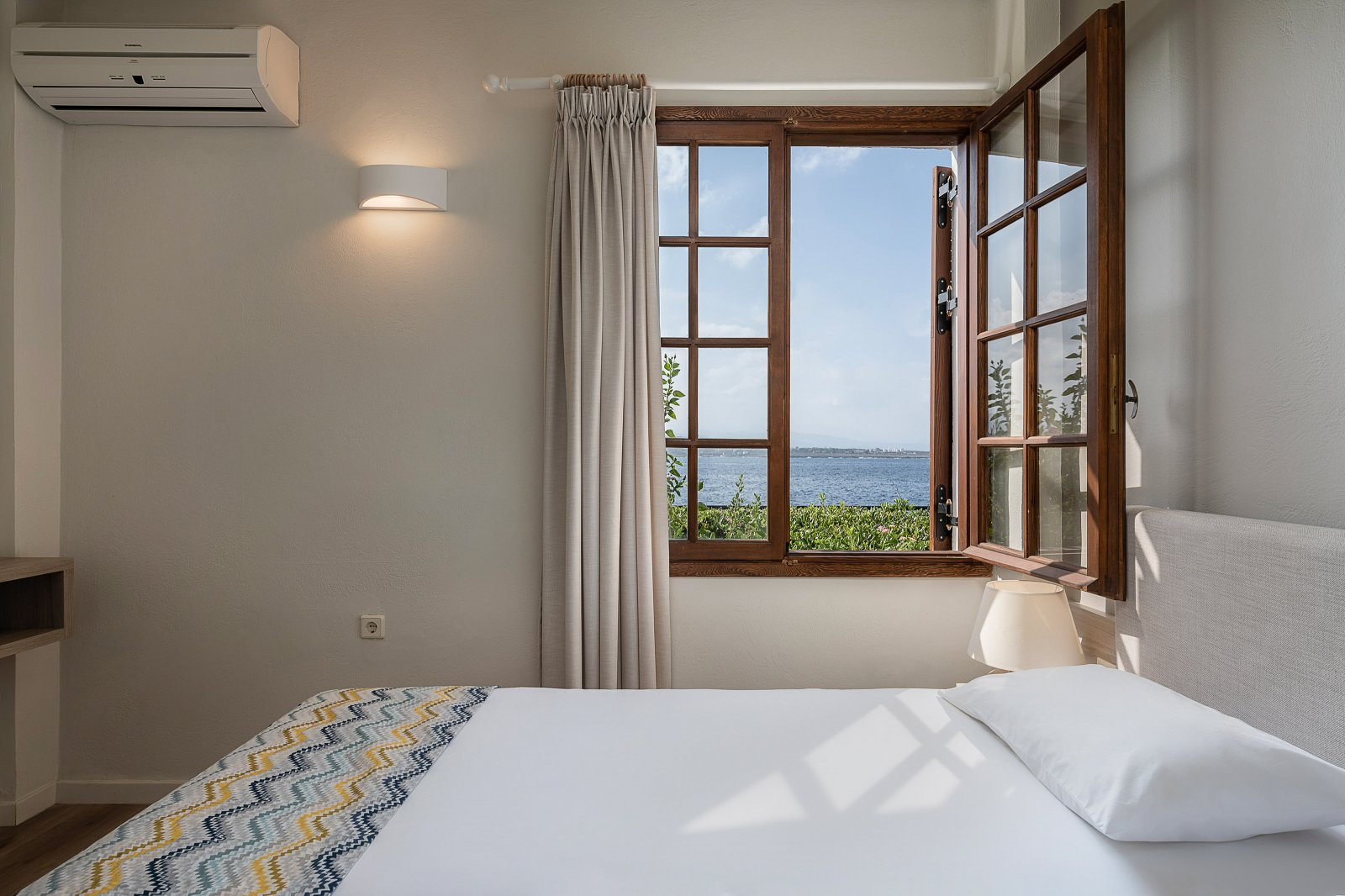 https://www.alianthos-suites.gr/wp-content/uploads/2016/02/Two-bedroom-apart_bedroom-view-2-22.jpg